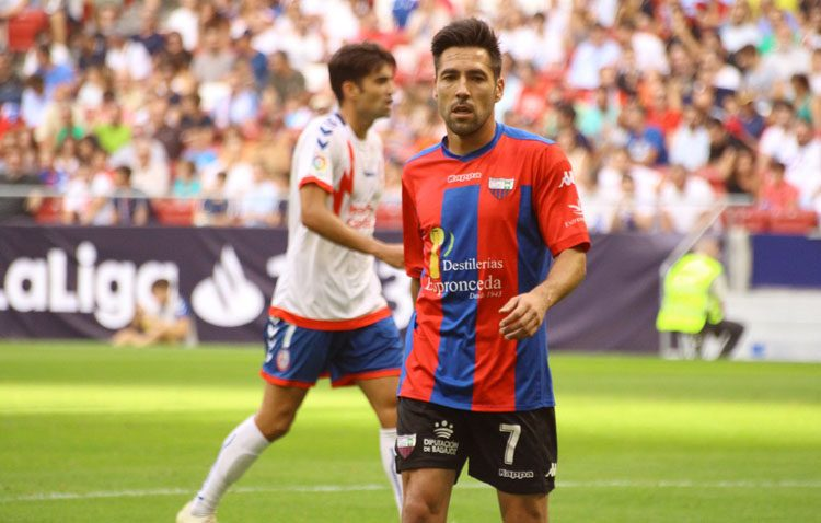 El futbolista utrerano Carlos Valverde dice adiós a la temporada con el Extremadura