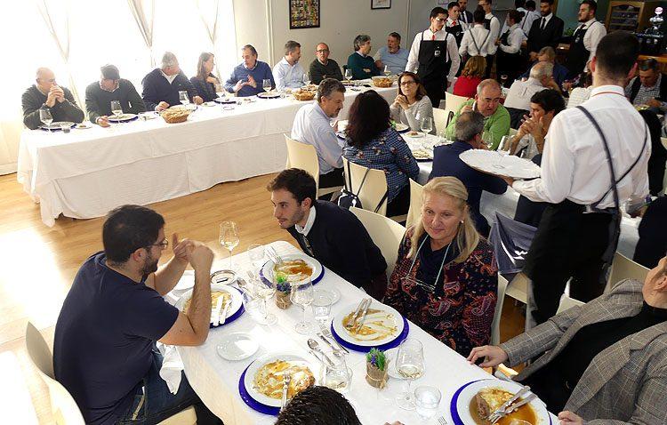 La carne y los huevos de las gallinas utreranas triunfan en su presentación oficial en Córdoba