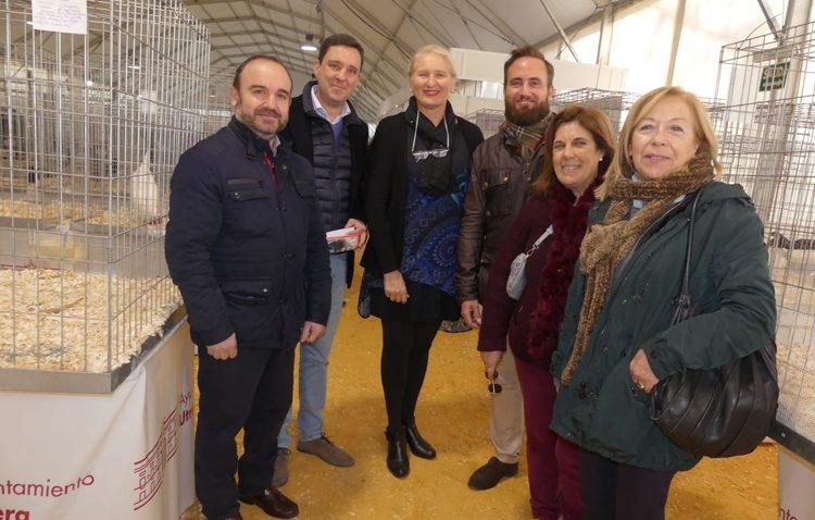 El PP de Sevilla apoya a los criadores de gallinas utreranas y augura un «futuro prometedor» como actividad económica