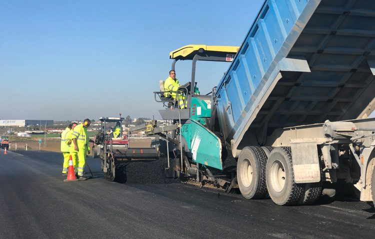 La consejería de Fomento asfalta parte de la circunvalación de Utrera ante el lamentable estado que presentaba