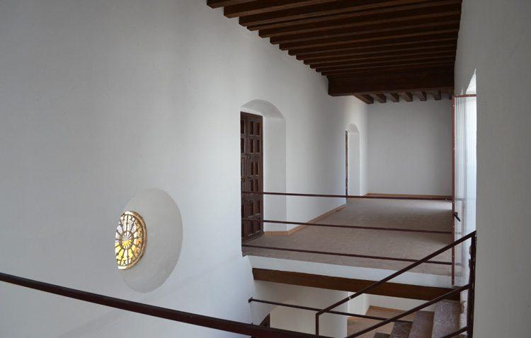 Una exposición con el monumento del Abate Marchena dentro de la Casa Surga mientras se ejecuta el proyecto de recuperación del edificio
