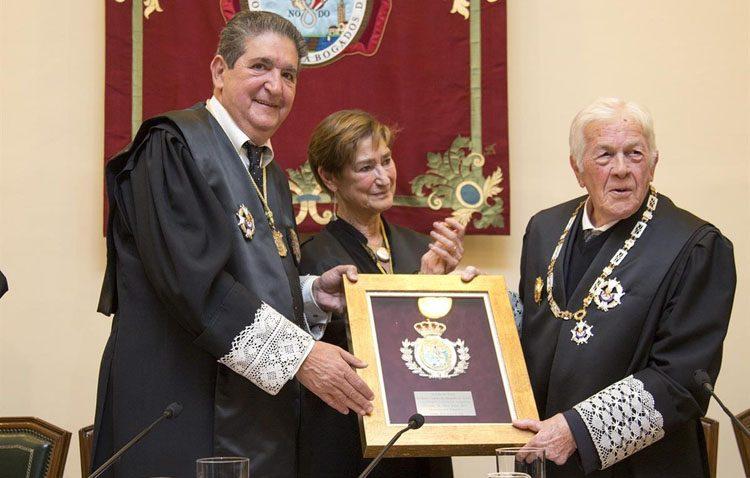 Homenaje al utrerano Juan José Domínguez, decano del Colegio de Abogados de Huelva