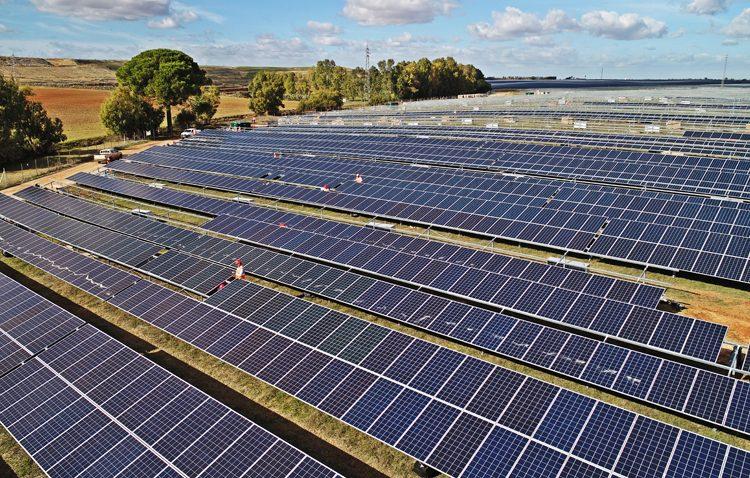 Roban cientos de postes metálicos de la planta fotovoltaica de Utrera y Alcalá