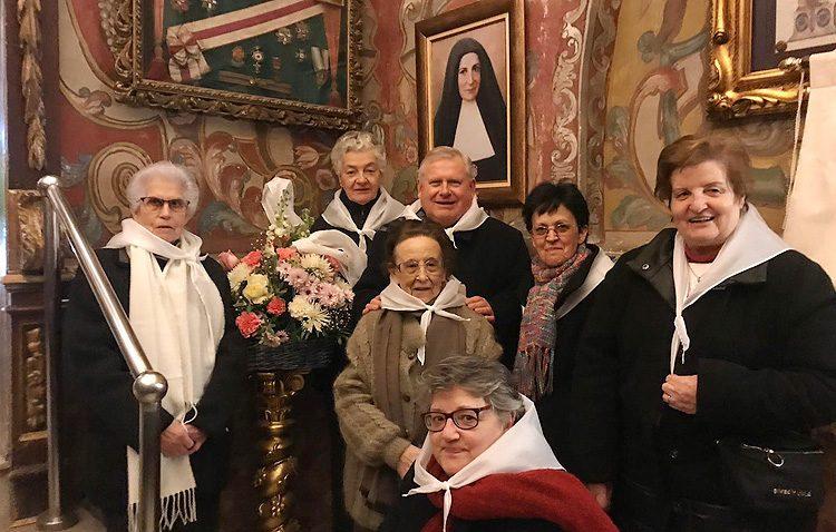 Una ofrenda floral en Consolación para comenzar la Semana Janeriana del colegio Sagrada Familia