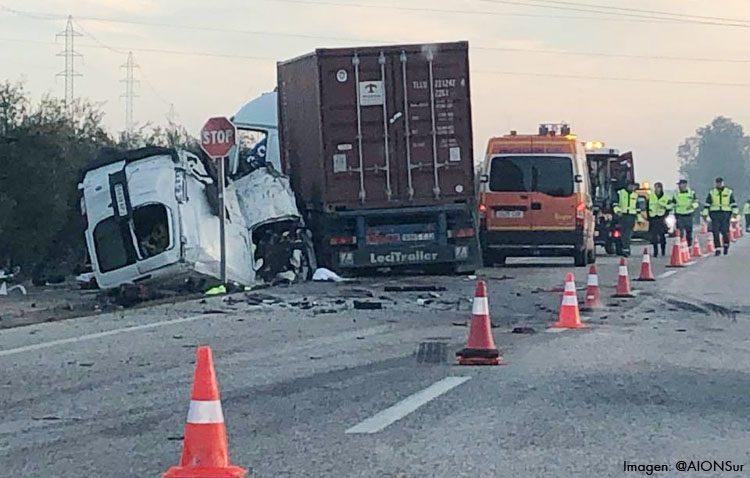 Cinco fallecidos en un accidente de tráfico entre una furgoneta y un camión en la carretera que une Utrera con Arahal