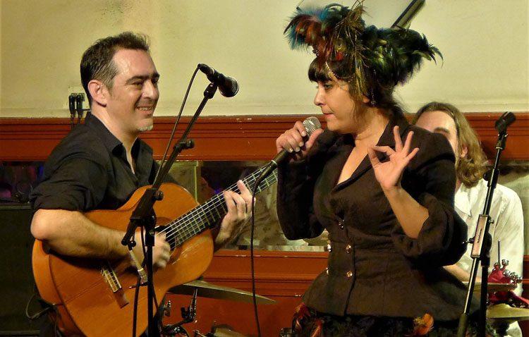 Música, teatro, humor y danza se dan la mano en los «Domingos de vermut y potaje» de la artista utrerana Maui