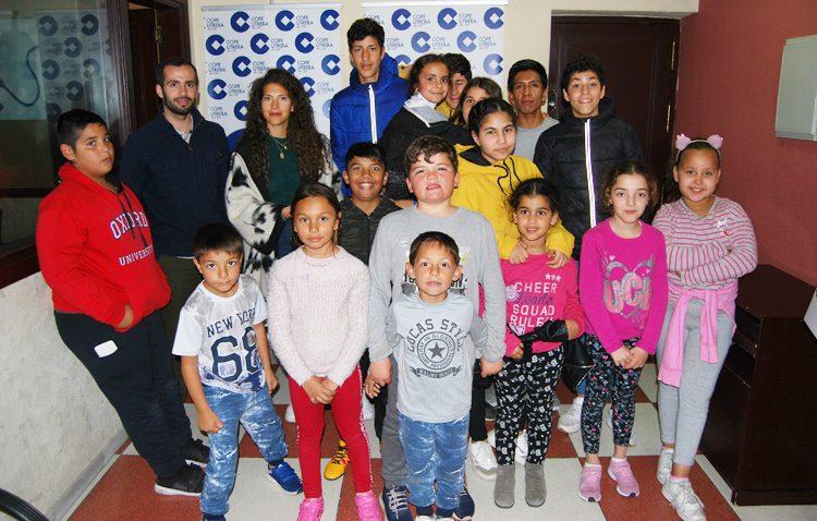 Los chavales del proyecto «Oberti» descubren la magia de la radio en una visita a COPE Utrera