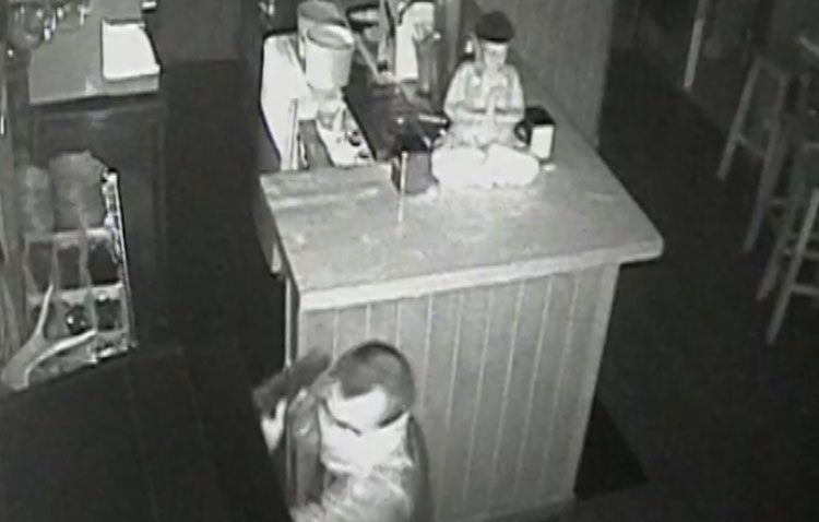 Detenidos dos hermanos de Utrera por robar en 15 bares utilizando el método de la alcantarilla (VÍDEO)