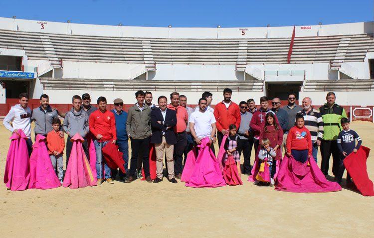 El nuevo gobierno de la Junta muestra su apoyo a la asociación «Curro Guillén» en el proyecto de una escuela taurina en Utrera