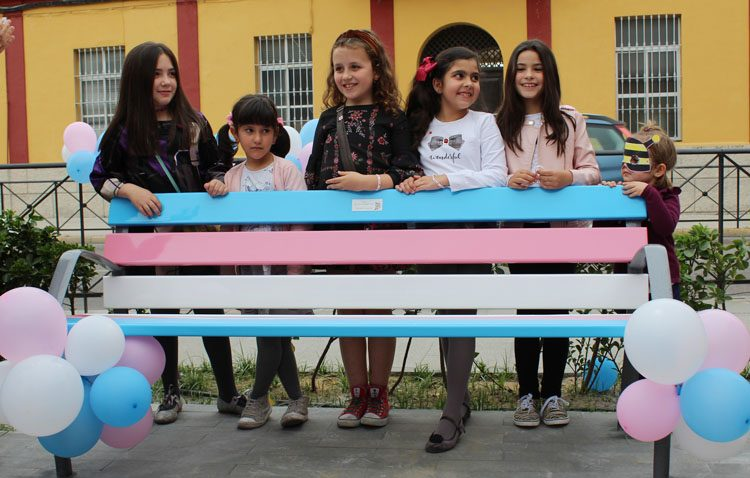 Un banco con los colores de la bandera del orgullo transgénero para dar visibilidad en Utrera a este colectivo