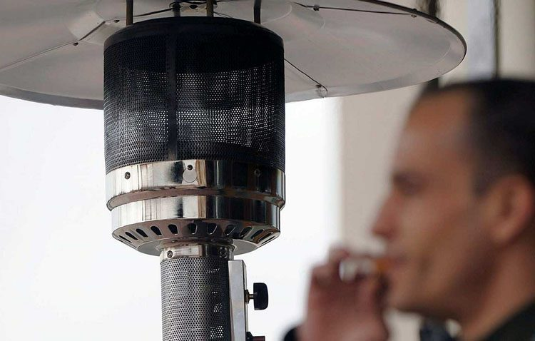 Una asociación antitabaco denuncia a una docena de bares de Utrera por permitir fumar en veladores cerrados