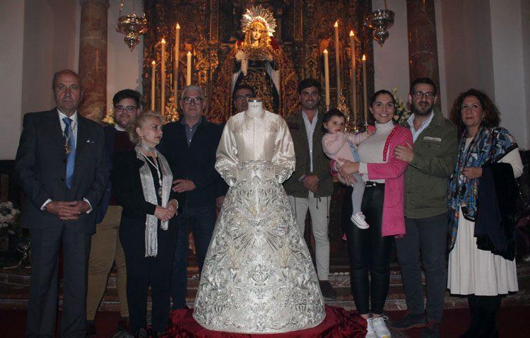 Los Aceituneros presentan la nueva saya para la Virgen de la Paz