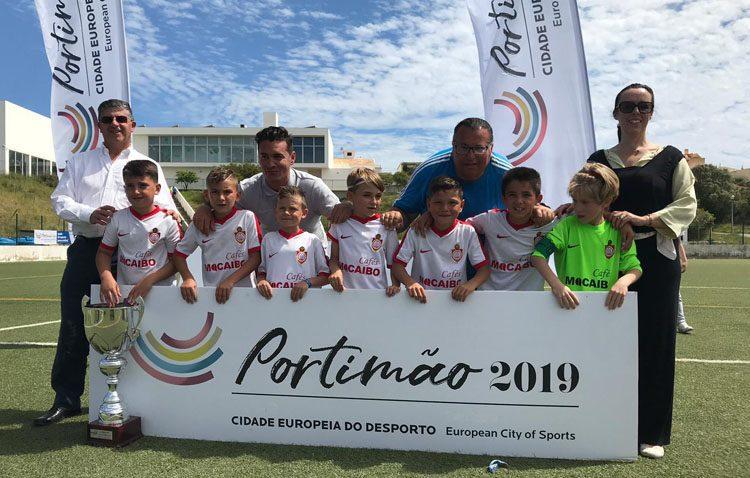El prebenjamín A del Club Deportivo Utrera, campeón del torneo «Internacional de Fútbol 7 Bonicup» de Portugal