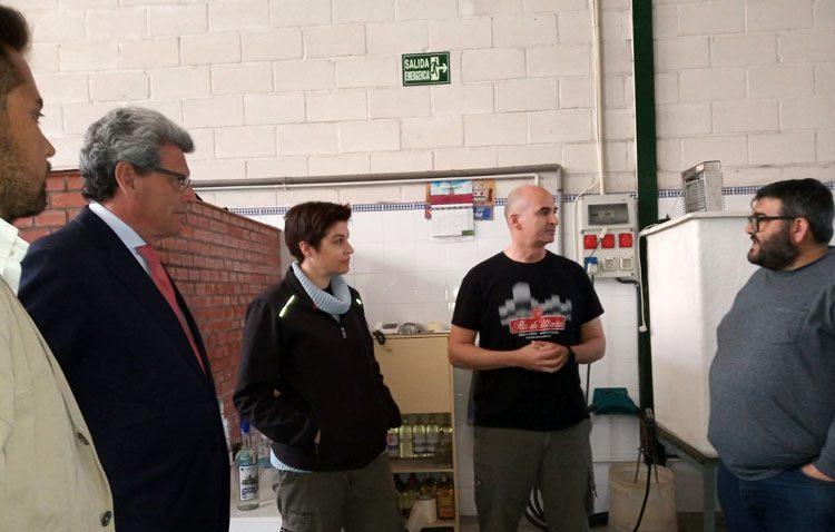 Ricardo Tarno pide «el voto unido» en torno a Pablo Casado durante una visita a «La Flor de Utrera»