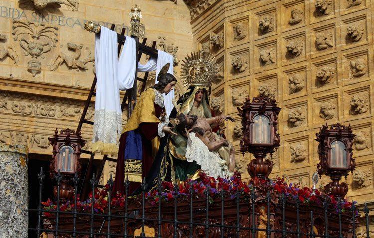 La hermandad de la Quinta Angustia reorganiza los accesos a la parroquia de Santa María el Domingo de Ramos