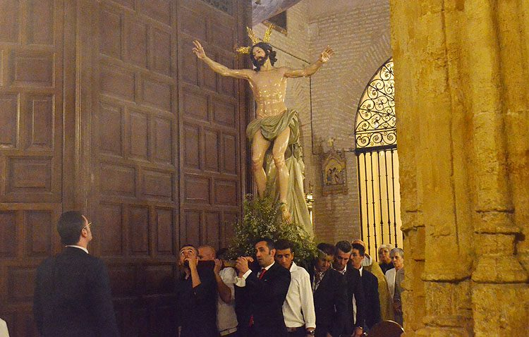 Un vía lucis para celebrar la Pascua en el grupo de fieles del Resucitado (GALERÍA)