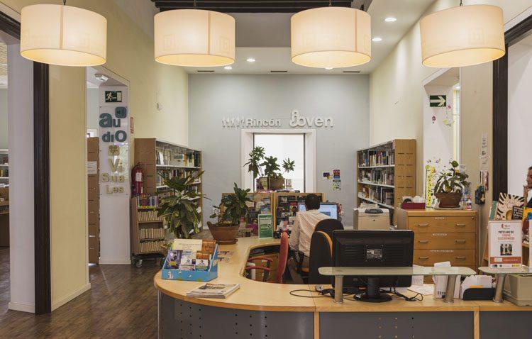 La biblioteca de Utrera recupera su servicio de préstamos con cita previa