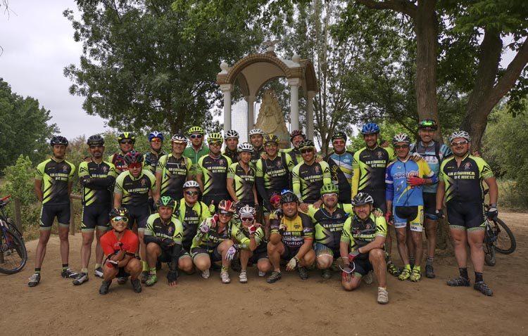 La asociación ciclista «La fábrica de nieve» realiza su peregrinación anual a El Rocío en bicicleta de montaña