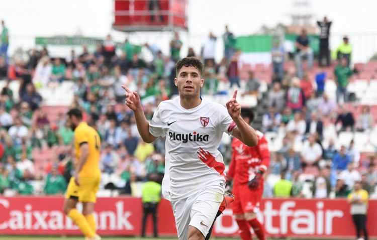 El futbolista utrerano Pepe Mena lidera un triunfo vital para la permanencia del Sevilla Atlético en Segunda B