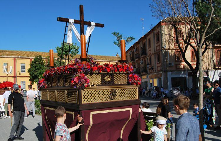 La hermandad de la Vera-Cruz organiza una procesión de cruz de mayo