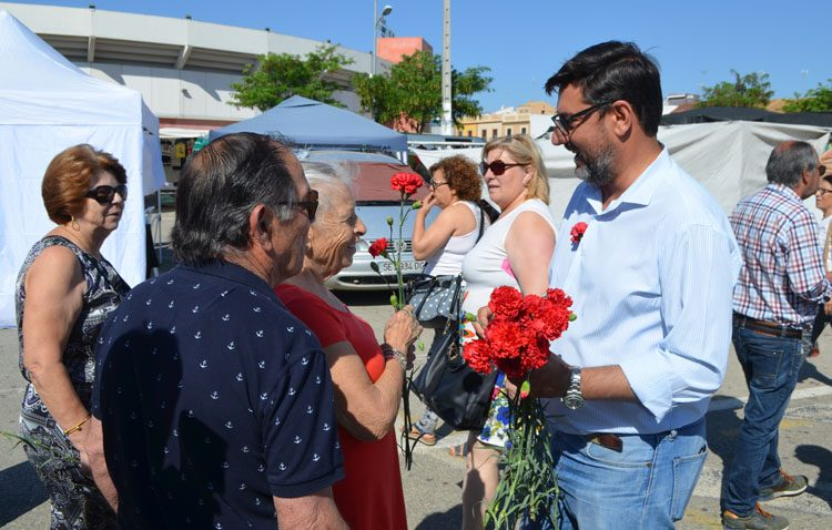 Villalobos reparte claveles en el mercadillo para agradecer a los utreranos el apoyo en las elecciones municipales