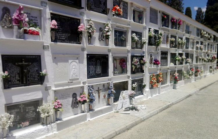 Refuerzo policial en el cementerio de Utrera tras el destrozo de 60 lápidas