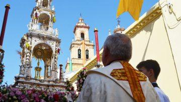 Utrera vive uno de esos «domingos» que relucen más que el sol con su procesión del Corpus Christi (GALERÍA)