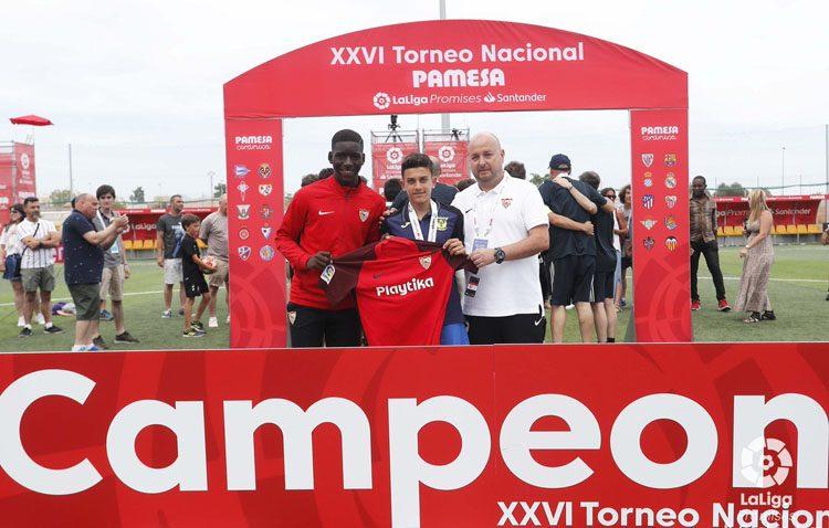 El hijo de Reyes recibe un detalle del Sevilla en la Liga Promises