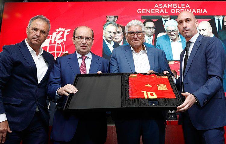 El padre de Reyes recoge la medalla de oro y brillantes concedida por la Federación Española de Fútbol