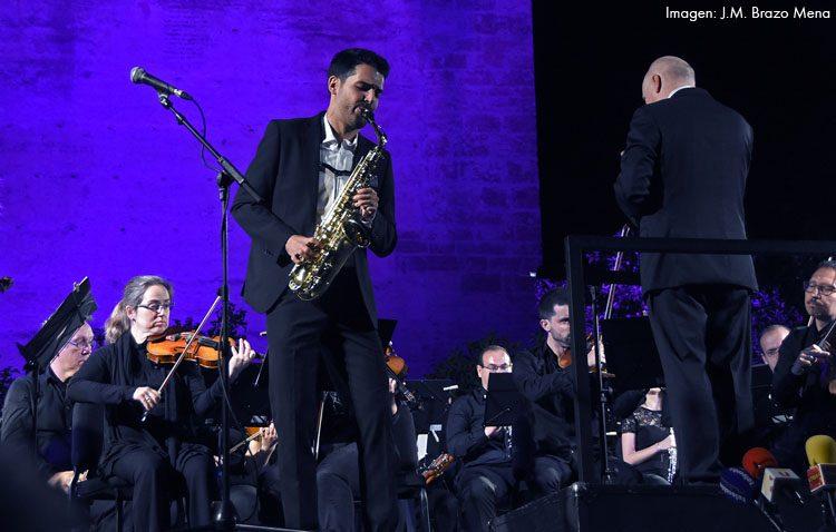 Manu Brazo cuelga el cartel de «no hay billetes» en su concierto con la orquesta bética en el castillo de Utrera