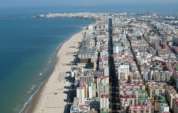 La asociación de afectados de fibromialgia organiza un viaje a la playa de Cádiz