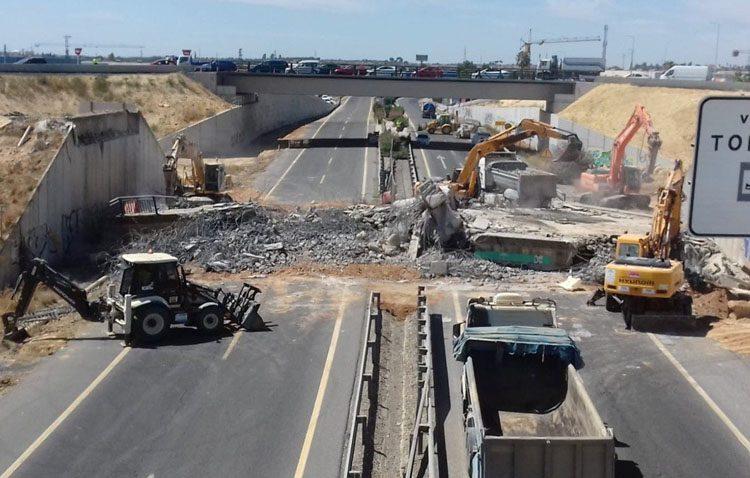Así ha sido la demolición del antiguo puente de la A-392 sobre la autovía Sevilla-Utrera