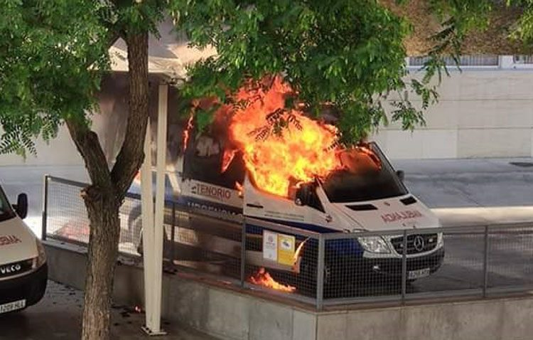Un incendio calcina una ambulancia en la puerta del hospital de Utrera (VÍDEO)