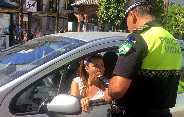 Parasoles y alcoholímetros desechables en Utrera para premiar a quienes conduzcan sin consumir alcohol