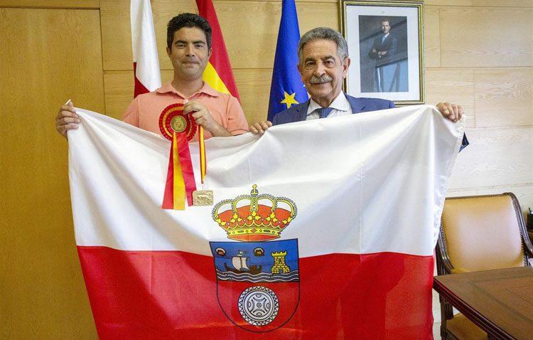El jinete utrerano Carlos Martín, recibido por el presidente cántabro Miguel Ángel Revilla tras su último triunfo