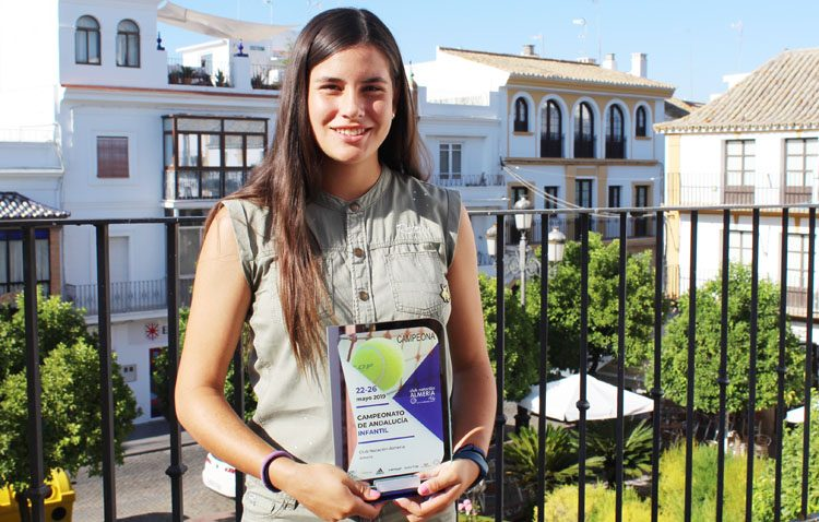 La joven utrerana Claudia Camúñez, campeona de Andalucía de tenis infantil