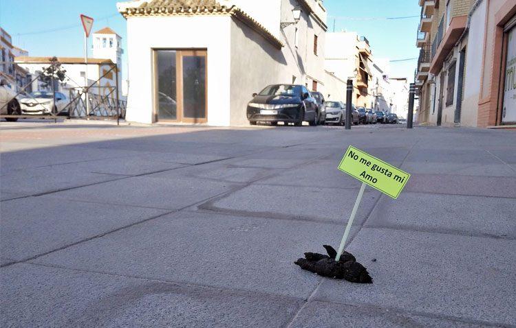 Carteles sobre los excrementos caninos en Utrera para concienciar a los dueños de las mascotas