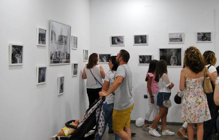 «Fotografía infantil en blanco y negro», una original muestra en la sala de exposiciones del castillo de Utrera