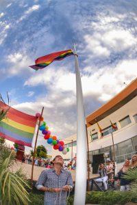 El alcalde de Los Molares, durante el izado de la bandera arcoíris