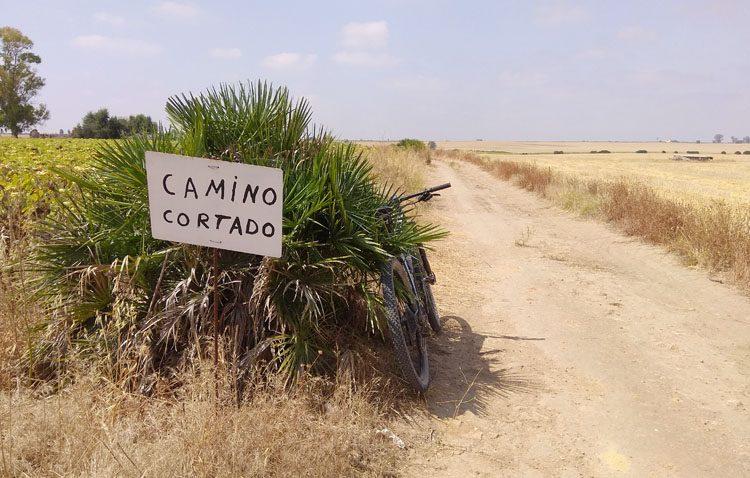 «Legiones de Leptis» denuncia el corte de una vía pecuaria en Utrera al ser ocupada ilegalmente