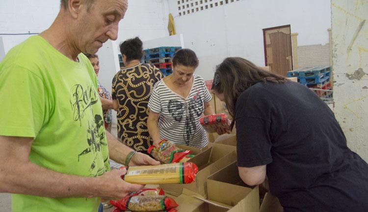 El trabajo altruista de Vopan, una asociación que reparte alimentos a 86 familias de Utrera