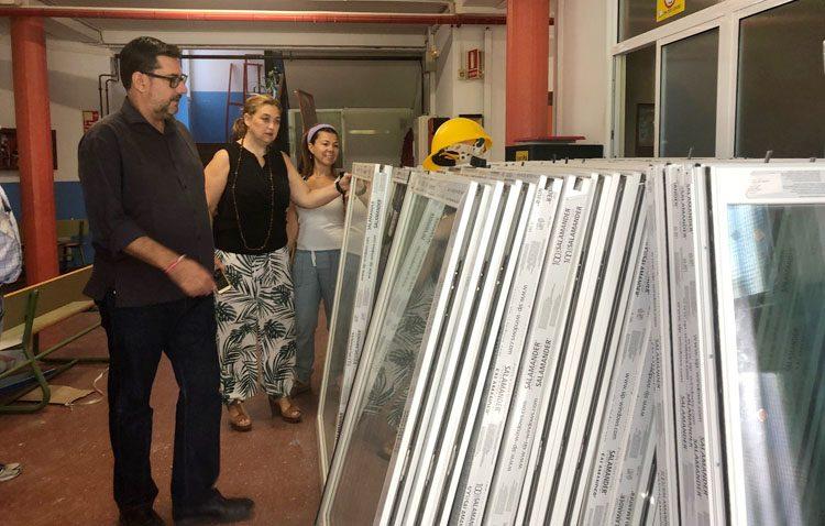Comienzan los trabajos de aislamiento, cambios de ventanas y luminarias para favorecer la rehabilitación energética de los colegios de Utrera