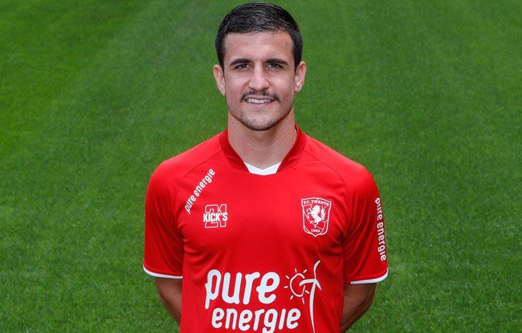 El futbolista utrerano Matos regresa a España tras sufrir una grave lesión en la liga holandesa