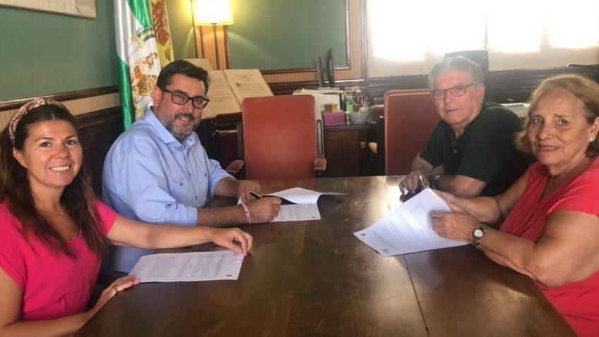 El Ayuntamiento y la asociación Afadu firman un convenio para el uso social de los jardines de Utrera