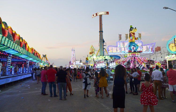 Atracciones sin ruido pero muchas casetas a todo volumen en la primera feria inclusiva de Utrera