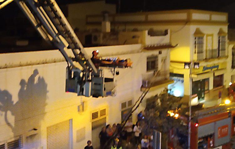 Los Bomberos rescatan con una autoescala a una mujer de su azotea tras sufrir una fractura