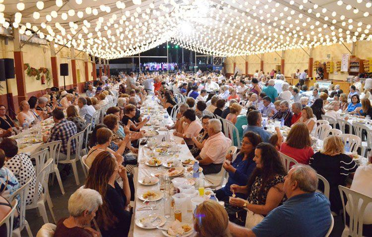 Cena del pescaíto y primeros compases musicales en la caseta municipal
