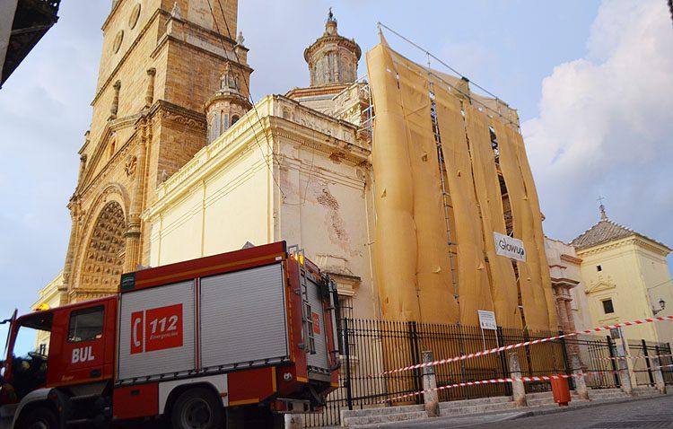 El viento desprende la parte superior del andamio de obra situado en la fachada de Santa María