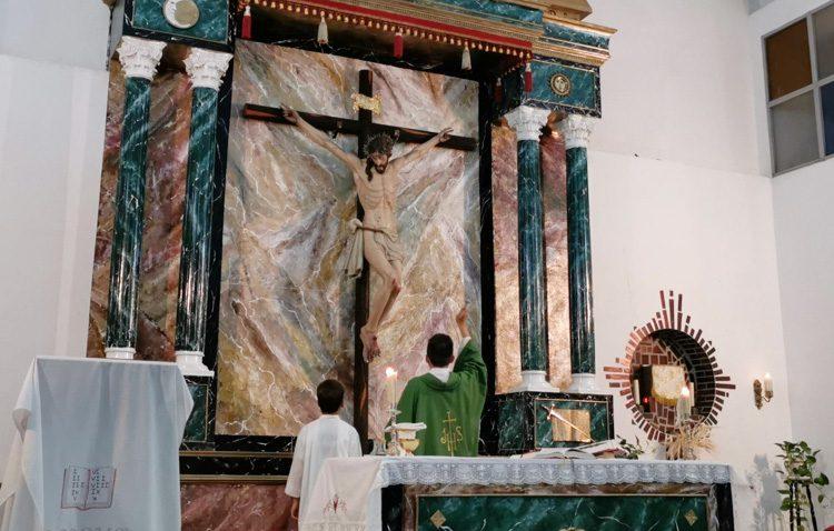 Pinzón estrena el retablo mayor de su iglesia
