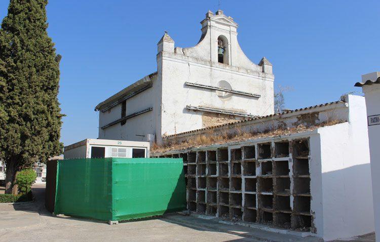La restauración de la capilla del cementerio de Utrera, a la espera de trasladar medio centenar de difuntos